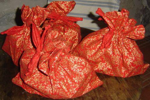 házilag varrt karácsonyi ajándékos zacskó